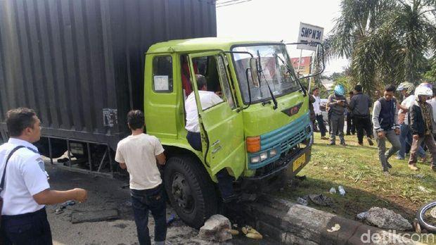 Truk tabrak 3 motor di Semarang.