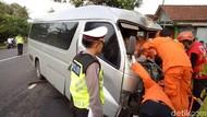 Mobil Tabrak Pohon di Kulon Progo, Penumpang Tergencet Selama 4 Jam