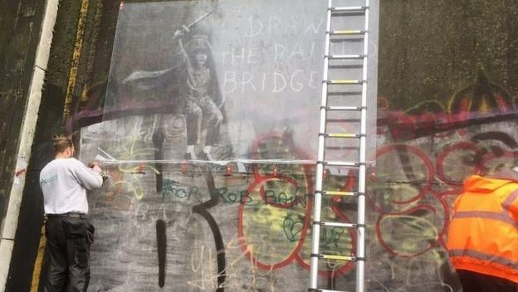 Mural Banksy yang Dirusak, Kini Diselamatkan Petugas Pembersih Jendela
