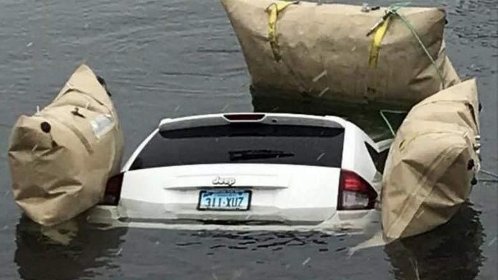 Terlalu Patuh GPS, Mobil Terjun ke Danau Es