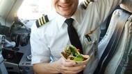 Keren Banget! Ini 10 Pose Pilot Vegetarian Makan di Kokpit Pesawat
