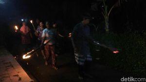 Warga Purworejo Keliling Kampung Tabuh Kentongan Saat Gerhana Bulan