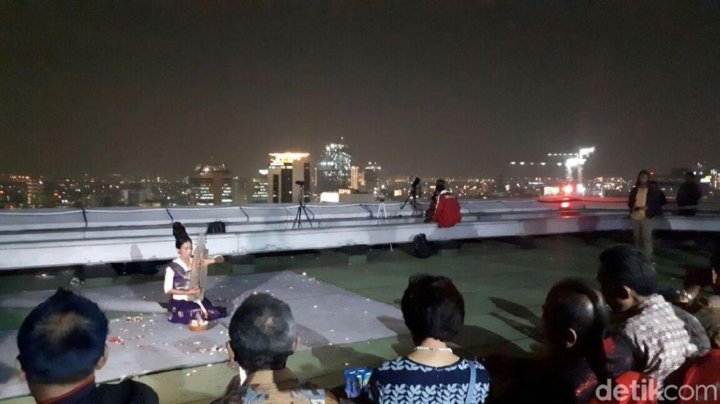 Pertunjukan Ayu Laksmi Hibur Menteri Pariwisata Saat Gerhana Bulan