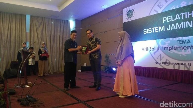 Foto: Penghargaan Duta Halal & Pelopor Dapur Halal Hotel (Ibnu Munsir/detikTravel)