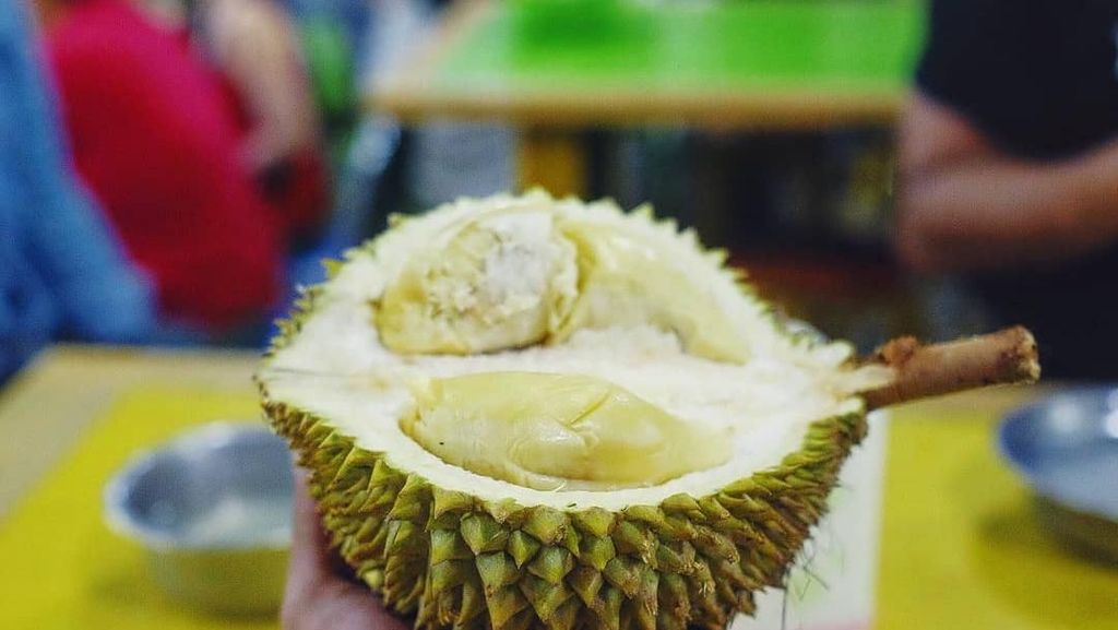 Bukan Hanya Nagita Slavina, Rio Dewanto Juga Doyan Makan Durian