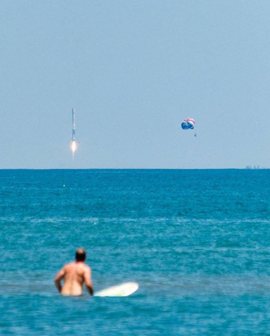 Niat mau foto roket terbang, malah ketangkap pria telanjang lagi berselancar. (Foto: Brightside)