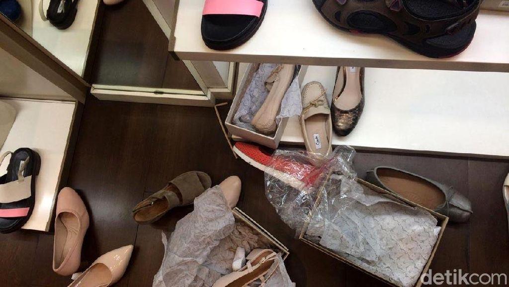 Diserbu Pembeli Jelang Tutup, Sepatu di Clarks GI Berantakan