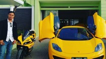 Momen Bos SBL Mejeng Bareng Motor dan Mobil Mewah di Rumahnya