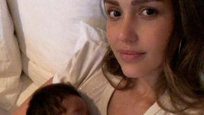 Jessica Alba Susui Bayinya di Ruang Ganti Baju, Bunda Pernah Juga?