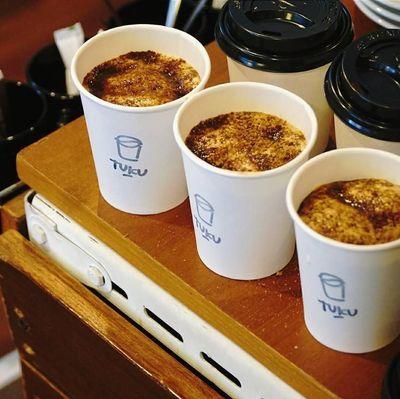 Toko Kopi Tuku disebut-sebut punya racikan    kopi enak dan ramah di kantong. Ada kategori Kopi Tetangga, Kopi Premium, Kopi Rasa Rasa, dan Selain Kopi. Kopi Tuku menggunakan kopi asal Garut, Aceh, Flores, Bali hingga Toraja. Untuk Kopi Susu Tetangga, permukaan racikan kopi kecokelatan itu diberi taburan brown sugar. Coffee shop ini berada di Jl Cipete Raya No 7, Jakarta Selatan. Foto: Istimewa