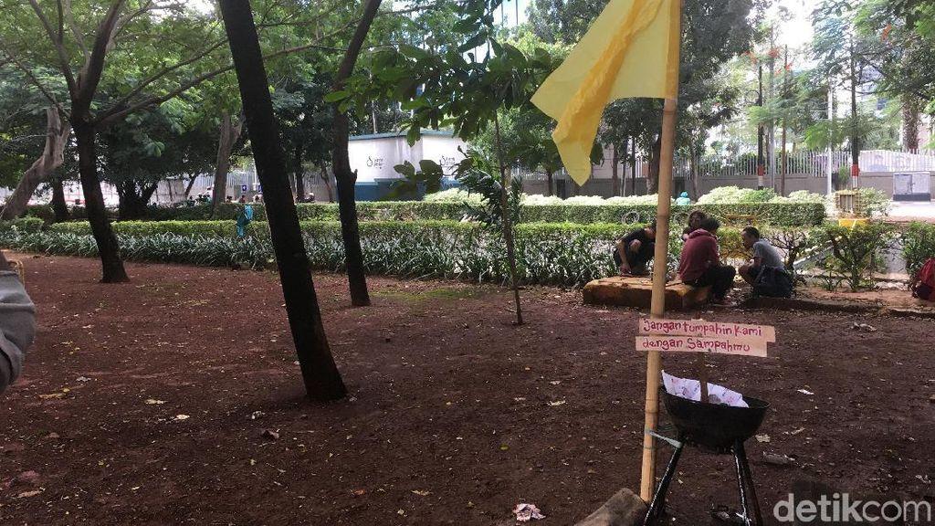 Foto: Bendera Kuning di Lokasi Pelukis Dwi Setiawan Dililit Sanca
