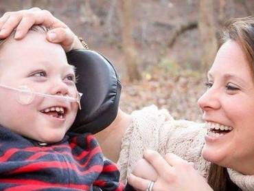 Senyum bocah dengan penyakit jantung bawaan bernama Xavier saat berdua dengan sang bunda. (Foto: Facebook Jackie Lynn via Today).
