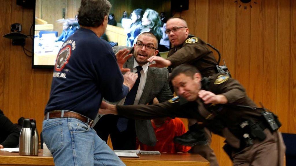 Dramatis! Ayah Korban Pelecehan Seks Serang Pelaku di Ruang Sidang