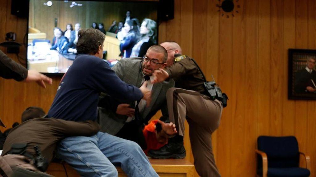 Foto: Ayah Korban Pelecehan Seks Serang Pelaku di Ruang Sidang