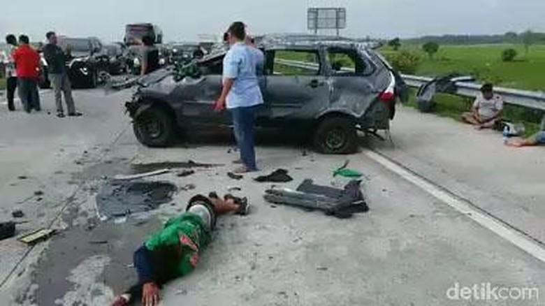 Mobil Rombongan Bonek Terguling di Tol Jombang, Ini Penyebabnya