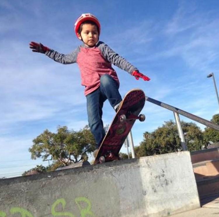 Ini Gael, bocah 6 tahun yang menjadi Congenital Heart Diseasi (CHD) warrior. Dia udah menjalani 4 operasi dan mungkin lebih. Di waktu senggang, Gael hobi main skateboard, Bun. Wah keren ya! (Foto: Facebook Saul Solano Jr via Today)