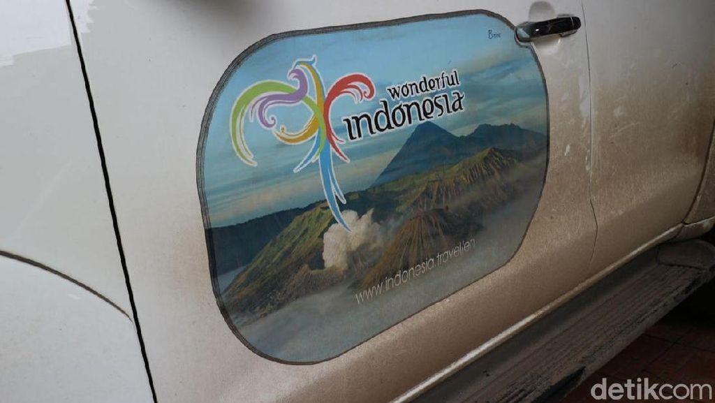 Stiker Wonderful Indonesia di Mobil Teddy dan Yana Bikin Bule Penasaran