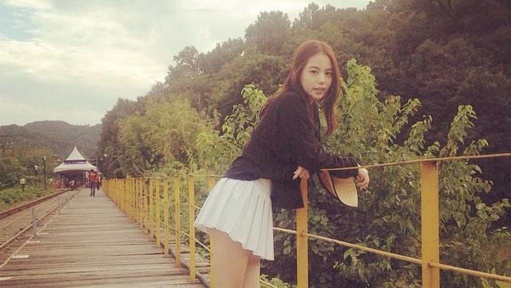 Foto: Gaya Liburan Sederhana Min Hyo Rin, Istri Taeyang Bigbang