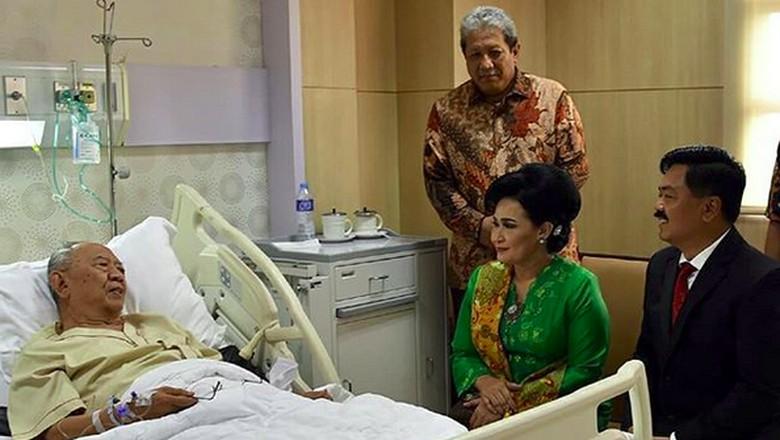 Panglima TNI Jenguk Gus Sholah yang Dirawat di RSPON