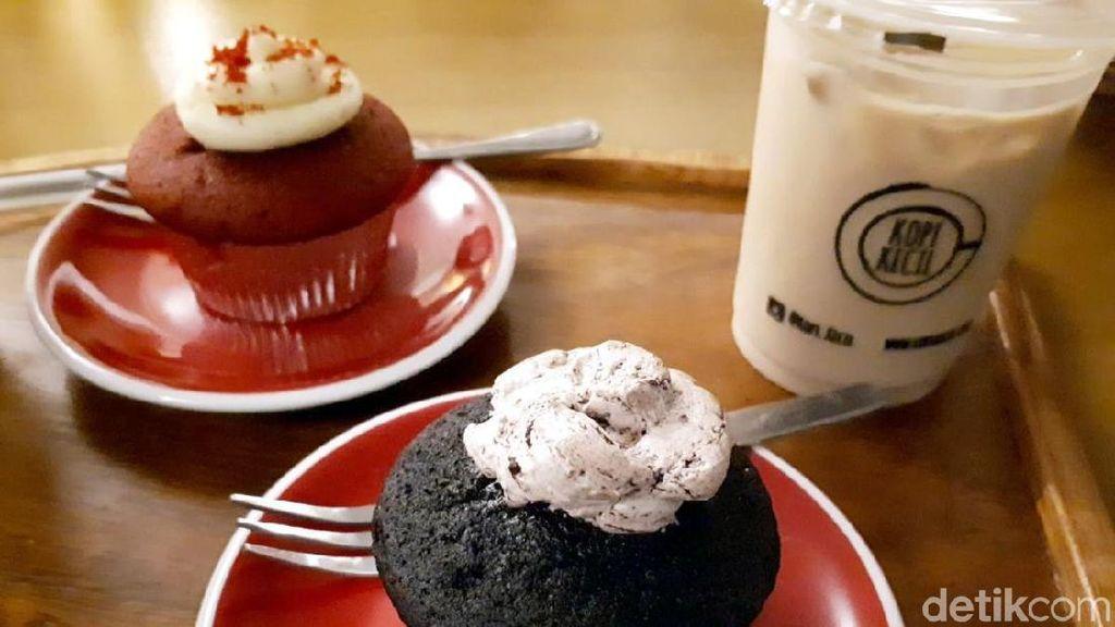 Kopi Kecil: Santai Sore Ditemani Es Kopi Susu dan Chocolate Fudge Cupcake
