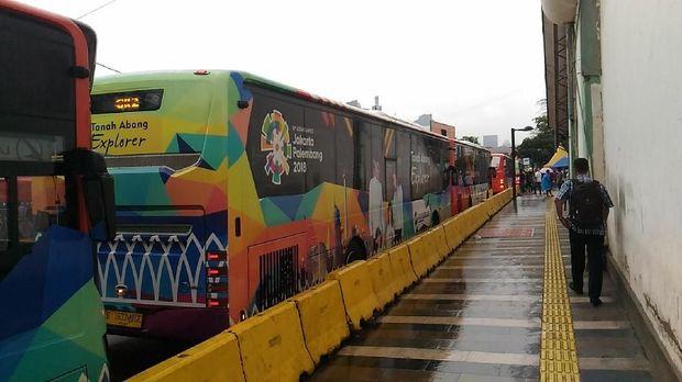Bus TransJakarta Explorer juga telah beroperasi lagi di Jalan Jatibaru.