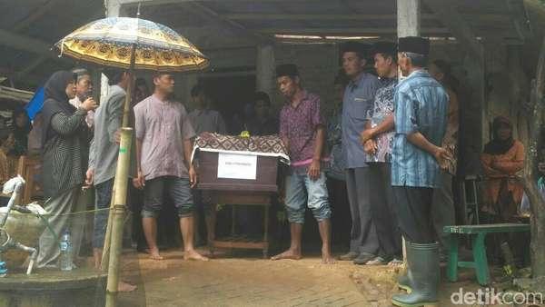 Dua Korban Crane Ambruk di Jatinegara Dimakamkan di Purworejo