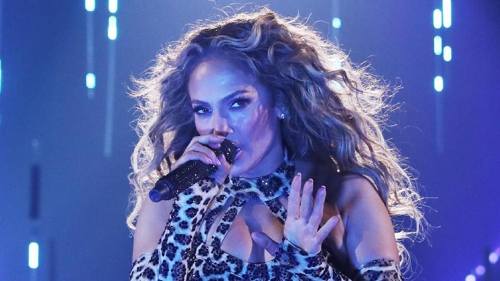 Foto: Rrrr.. Seksinya Jennifer Lopez Pakai Kostum Ketat Bermotif Macan Tutul