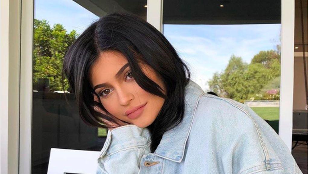 Cerita Kuku Panjang Kylie Jenner dan Kegiatan Merawat Bayinya