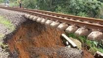 Potret Ngeri Rel Kereta di Bogor yang Menggantung karena Longsor