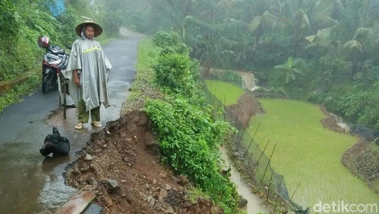 Hujan Deras Seharian, Jalan Desa di Jepara Longsor