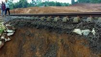 Ada Longsor di Jalur KA Sukabumi-Bogor, Penumpang Dialihkan ke Angkot