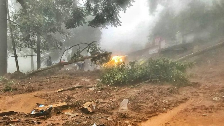 Penampakan Longsor yang Bikin Jalur Puncak Bogor Ditutup Total