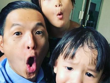 Ayah Ernest yang super kocak ini juga salah satu pendiri Komunitas Ayah ASI lho. (Foto: Instagram/ernestprakasa)