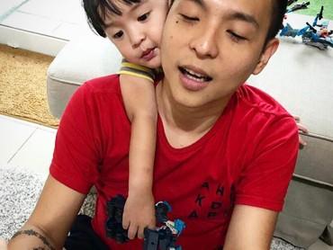 Ernest sering banget posting foto bareng anak dan anak-anaknya di media sosialnya. (Foto: Instagram/ernestprakasa)