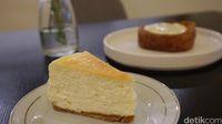 Tergoda dengan cheesecake ini? Teksturnya lembut dan ada aroma vanilla yang enak.