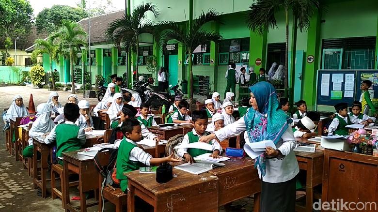 Longsor, Pelajar di Kota Blitar Terpaksa Belajar di Halaman Sekolah