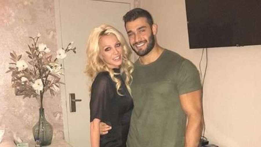 Britney Spears dan Pacarnya yang Beda 13 Tahun, Denada Pamer Foto Seksi Lagi