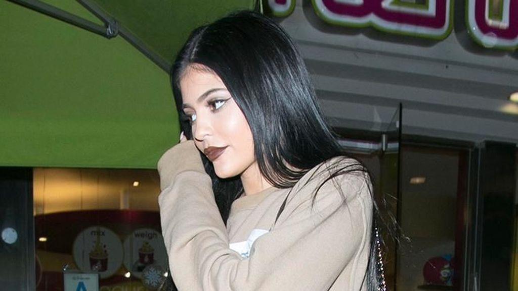 Lihat Kylie Jenner Wefie Bareng Sang Putri Stormi Webster