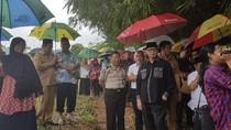 Gubernur Banten Ikut Antar Korban Longsor Bandara ke Pemakaman