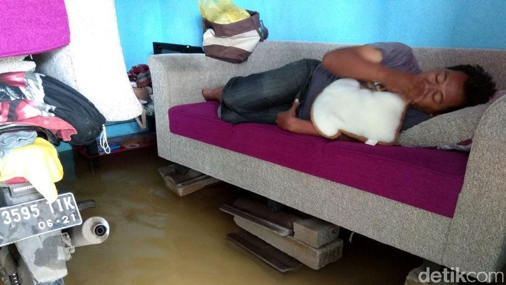 Miris, Warga Rumah Dp 1% Jokowi Tidur di Tengah Banjir