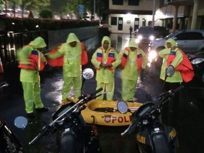 Traveling Saat Hujan, Banjir dan Longsor, Harus Bagaimana?
