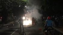 Video: Minibus Terbakar di Depan Stasiun Buaran