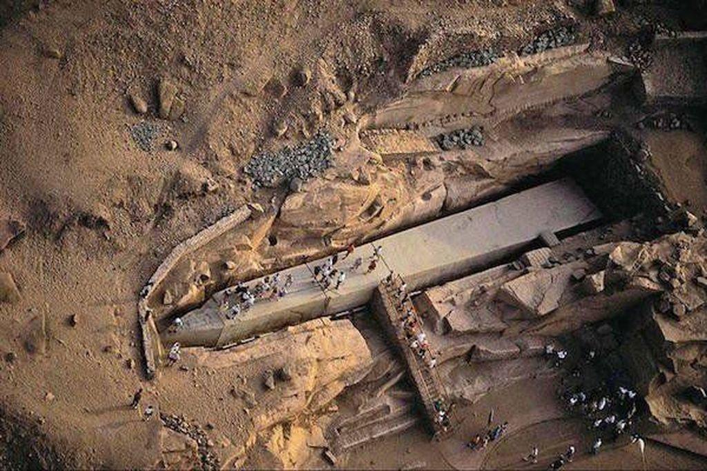 Meskipun belum selesai, tugu ini dianggap yang terbesar di dunia. Ditemukan pada 1904 di Mesir bagian utara, masih belum diketahui pembuat tugu dan tujuannya karena tidak ditemukanya hieroglif pada monumen tersebut. (Foto: thechive)