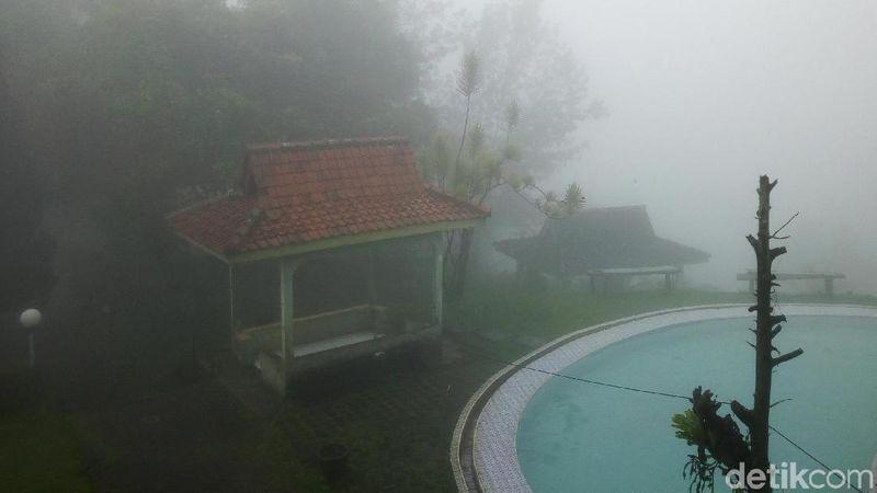 Kolam renang dan gazebo yang sepi di Taman Wisata Riung Gunung, Puncak. Tempat ini tidak beroperasi hari ini (Haris/detikTravel)