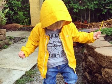 Biar nggak kelihatan wajahnya, anak ini makin lucu dengan mantel kuning dan boots Thomas-nya. (Foto: Instagram/ @consciouskids)