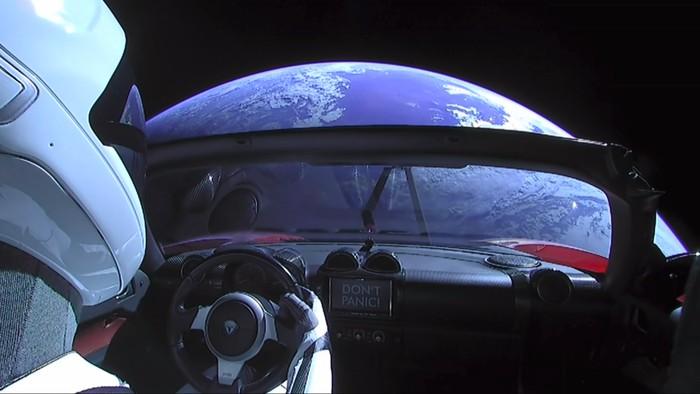 Starman dan Tesla Roadster di angkasa. Foto: YouTube