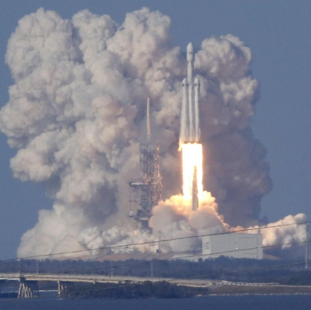 Falcon Heavy Mengangkasa, Bagaimana Nasib Dua Awaknya?