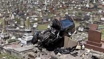 Bruk! Mobil Tabrak Kuburan di Sydney Hingga Hancur