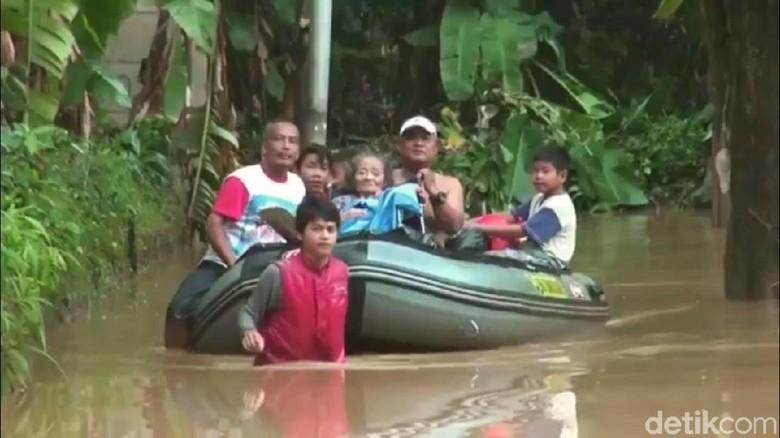 Pakai Perahu, Petugas Evakuasi Nenek Siti yang Terjebak Banjir