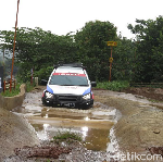 Lintasi Jalanan Banjir dan Berlumpur, Ini yang Harus Diperhatikan